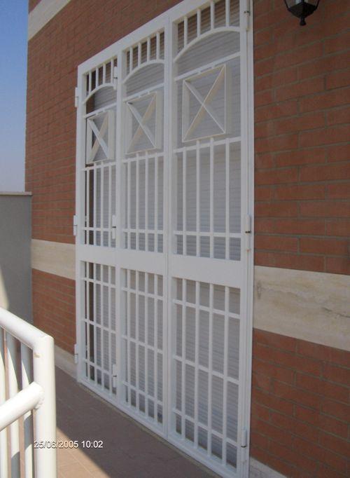 Infissi inferriate porte blindate infissi grate di sicurezza lavori in ferro bruni roma - Costo grate finestre roma ...